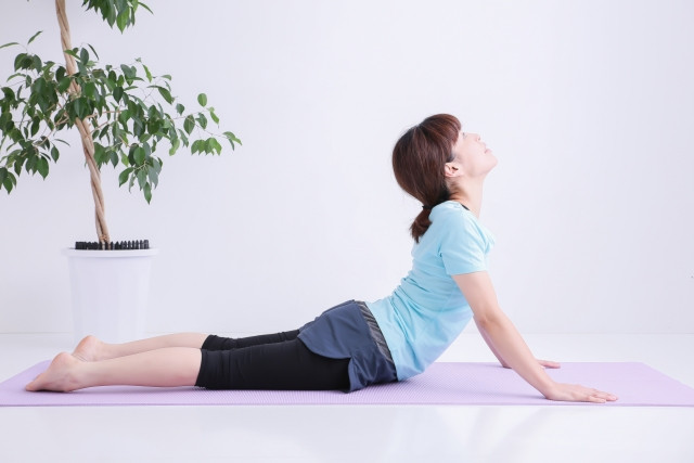 体幹トレーニングをしている女性