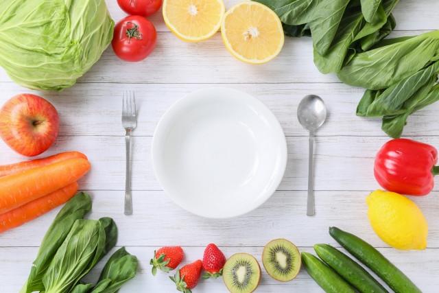 皿のまわりに置かれたいろいろな野菜